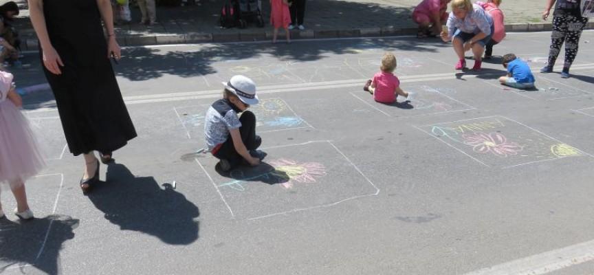 """Деца рисуват на асфалта, затвориха бул. """"България"""", концерт на Тортата"""