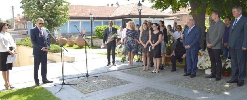 Панагюрище: Стотици се поклониха пред паметна плоча на проф. д-р Лъчезар Цоцорков върху Мемориалната стена в музея