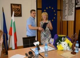 Кметът Тодор Попов награди музикалният педагог Сийка Вълчева