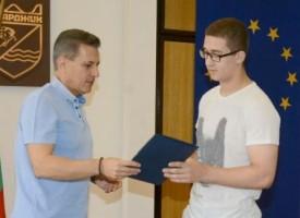 """Грамота и парична премия за """"златното момче"""" Борислав Владов"""