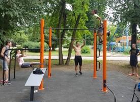 """Три нови стрийт фитнес площадки посрещат в парк """"Писковец"""", на Острова и в кв. """"Запад"""""""
