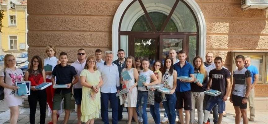 """Пещера: Кметът Николай Зайчев връчи дипломите на зрелостниците от """"Атанас Ченгелев"""""""