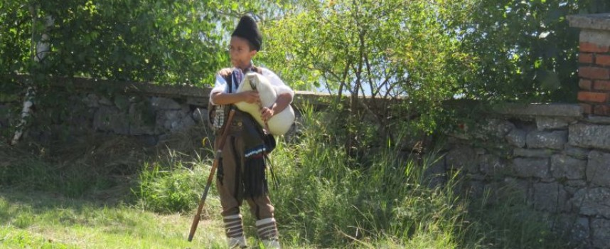 Надсвирването в Равногор започна с изпълнение на 8-годишен гайдар