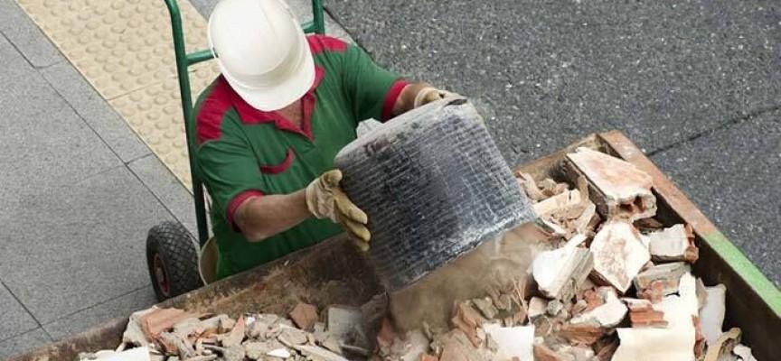 Читателска връзка: Коя фирма ще депонира строителните отпадъци пред входа ни?
