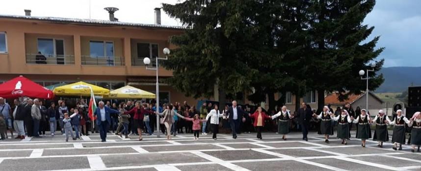 На Петровден: Паметник на комунистическия терор бе открит в Равногор