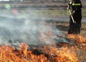 Неизправна техника, човешка небрежност и вятър разпалват кърски пожари, 90 пъти виха сирени