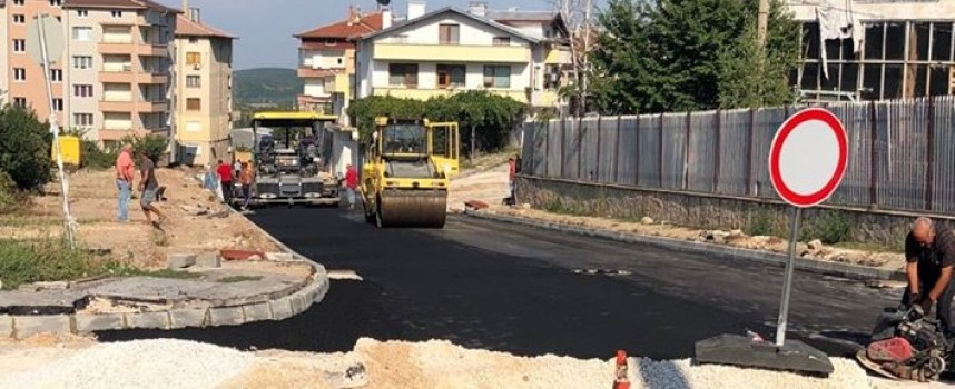 """Пещера: Започна полагането на асфалта по ул. """"Хан Пресиян"""""""