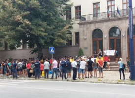 Над триста души протестират пред съда, с искане за арест, а не гаранция на Доков