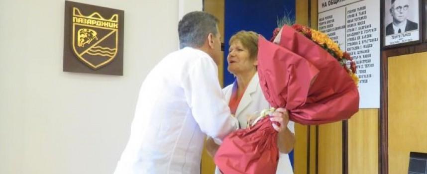 На учителя, с любов: Букет и парична премия за Анета Костадинова