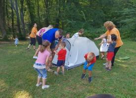 """Деца рисуват, танцуват и се забавляват сред природата в първата частна детска градина """"Доброта"""""""