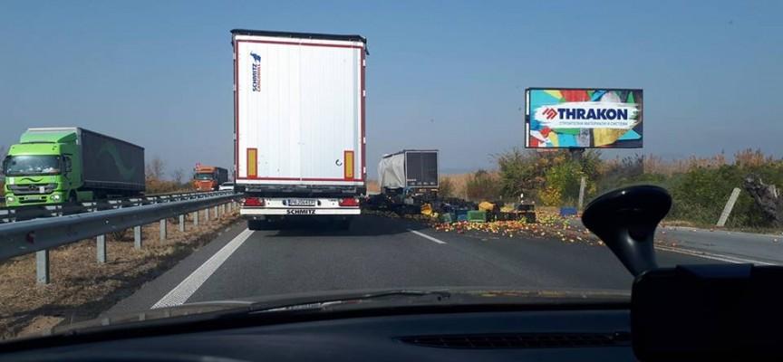 Два тона ябълки се разпиляха на 88 км. на магистралата, прасета щъкат между Пловдив и Пазарджик