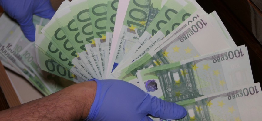 Печатница за фалшиви евробанкноти и долари разкриха в Слънчев бряг