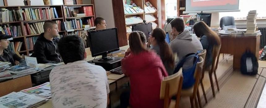 """Пещера: Ученици от ПГХВТ """"Ат.Ченгелев"""" посетиха читалнята на Библиотеката при НЧ""""Развитие- 1873"""""""