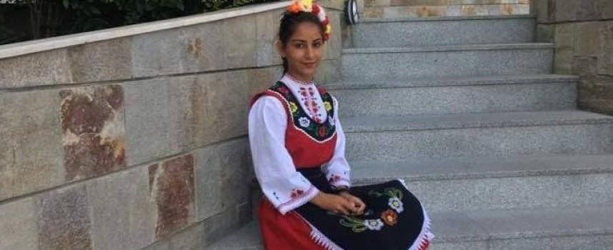 Йоана Йорданова дойде с носия в училище