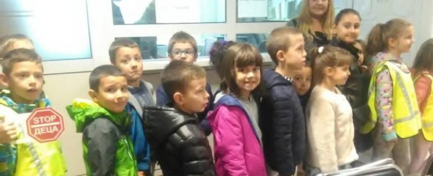 """Деца от детска градина """"Дъга"""" посетиха полицията"""