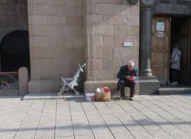 """Хитрец продава многократно едни и същи цветя пред храма """"Успение Богородично"""""""