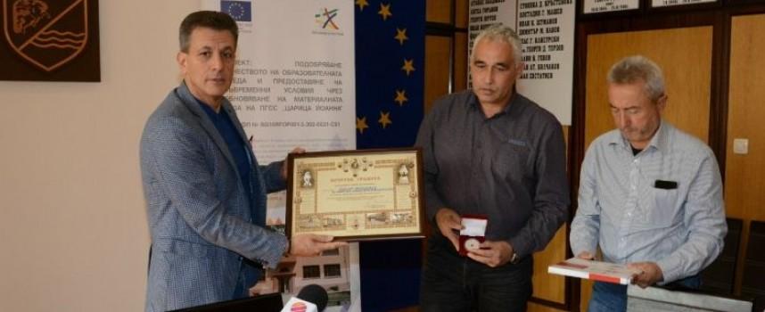 В Деня на добротата: Ръководството на БЧК връчи почетна грамота на кмета Тодор Попов