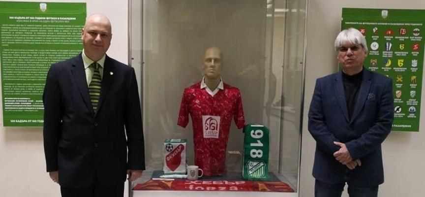 """Над 100 човека присъстваха на откриването на """"100 кадъра от 100 години футбол в Пазарджик"""""""