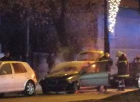 """Кола гори до """"Щаба на дивизията"""" в Пазарджик"""