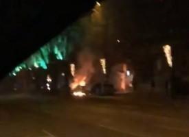 """Изгорялата снощи кола е """"Ланчия"""", горя и винил в двора на Театъра"""