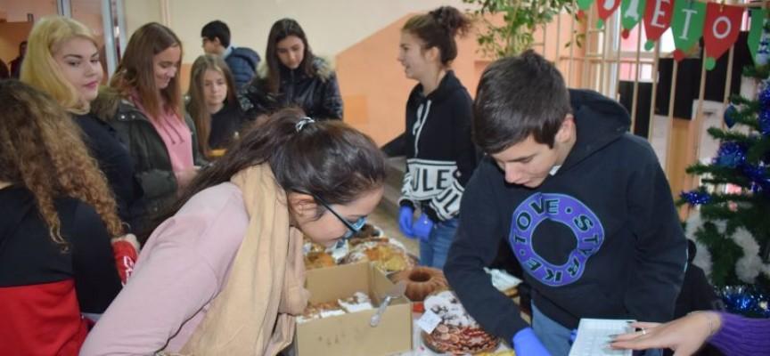 Ученици от ПГИМ събират средства за благотворителност като продават  сладки