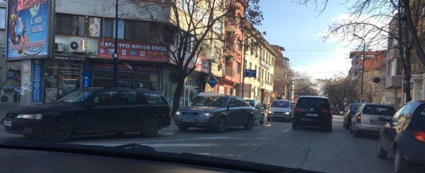 """Засилен трафик на бул. """"България"""" и в центъра мъчи водачите на автомобили"""
