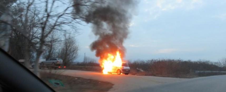 """Кола гори като факла до """"Фазанарията"""""""