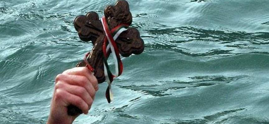 При спазване на дистанция: Гледаме как ловят кръста в Марица