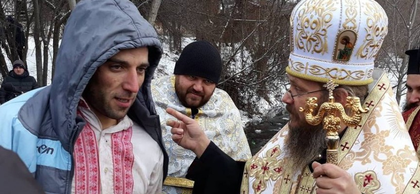 Георги Кадрев и Тодор Мечев извадиха кръста в Дорково и Ракитово, в Костандово разпятието потъна в тинята, търсят го с багер