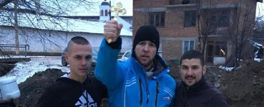 След два дни търсене: 29-годишният Николай Тумбев намери Богоявленския кръст в река Мътница в Костандово