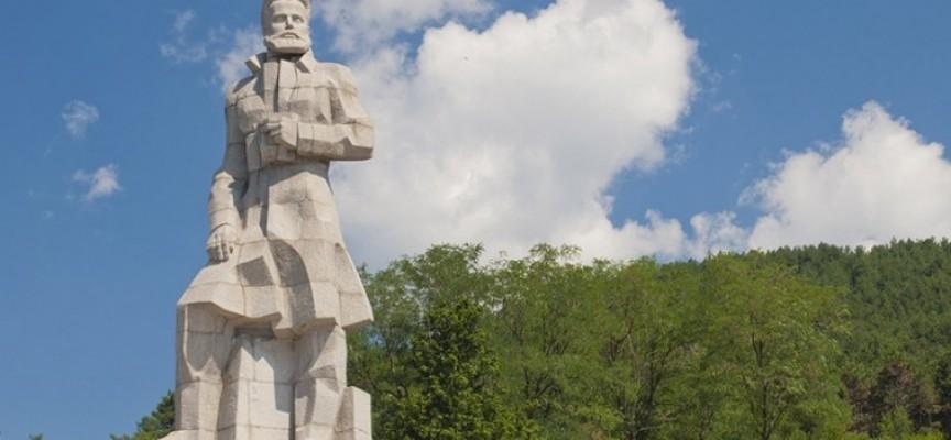 Кметовете на Карлово и Калофер се съдят в Пазарджик заради мемориала на Христо Ботев
