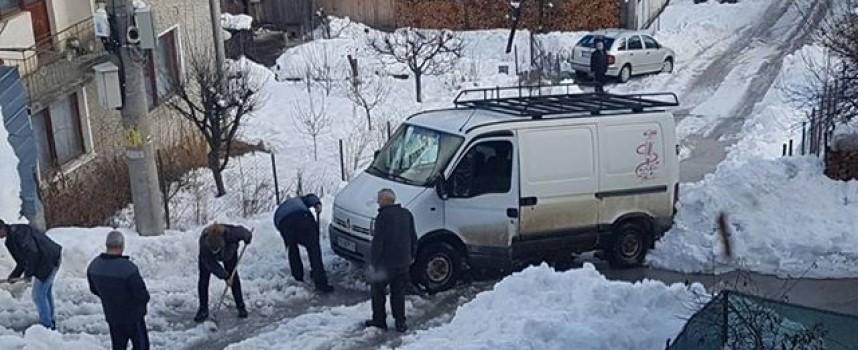 Читателска връзка: Гражданите на Сърница ринат сняг на ръка