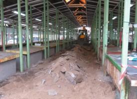 Започна ремонтът на алеите между сергиите на пазара