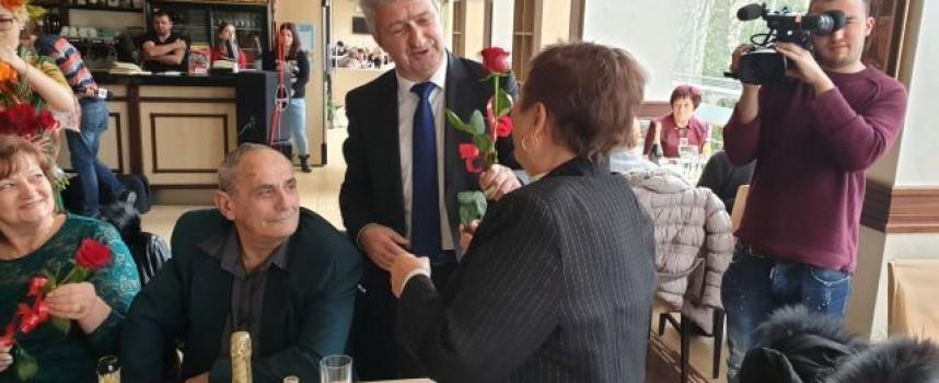 Христо Кидиков пя на златните сватби в Пещера, кметът подари на булките червени рози