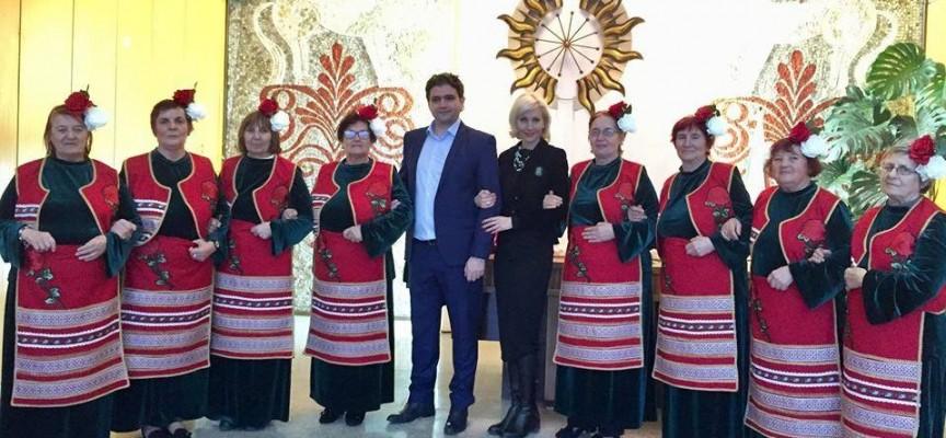 Семейство Чачови купи костюми за самодейките в Стрелча