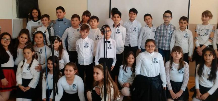 """Учениците от СУ""""Г.Брегов"""" почетоха подвига на Васил Левски с училищен рецитал"""