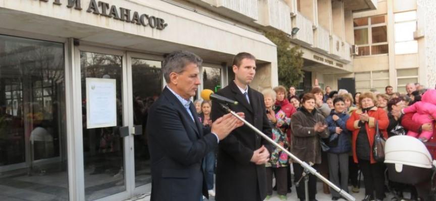 Над 1000 души в Пазарджик се събраха и поискаха санирането на блоковете да продължи