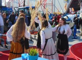 Калугеровските кукери взеха участие в Агра 2019, как да направим плантация за трюфели показват в една от палатите