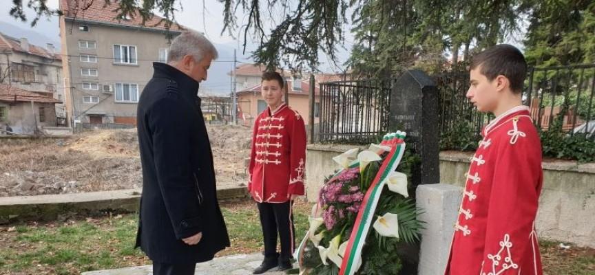 Цветя и венци увенчаха паметниците на руските войски освободили Пещера