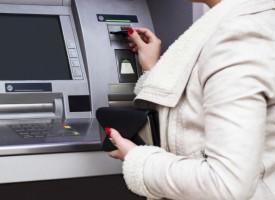 Пенсиите и празника пресушиха банкоматите