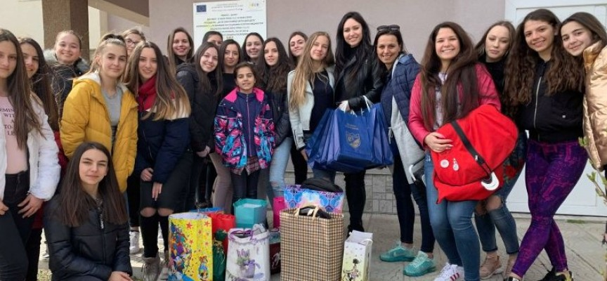 Рени Камберова се срещна с деца лишени от родителски грижи