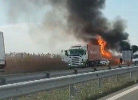 Кола се самозапали на магистралата, шофирайте внимателно