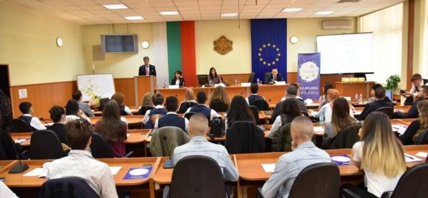 Мария Габриел дойде в Пазарджик, домакини сме на Национално състезание на училищата посланици