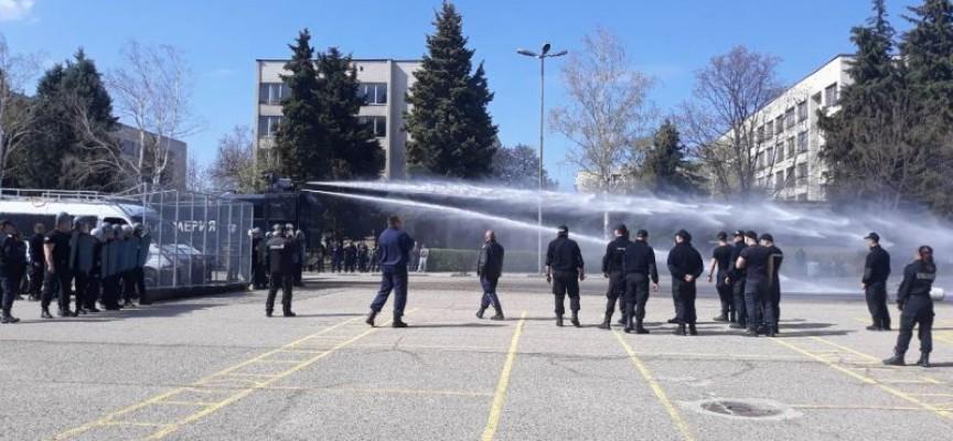 Практическо занятие в Полицейското събра зяпачи край оградата