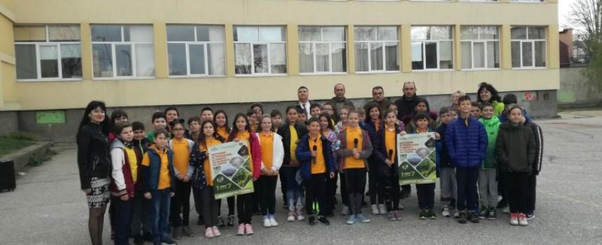 """Четвъртокласници от ОУ """"Климент Охридски"""" насадиха дръвчета в двора на училището"""