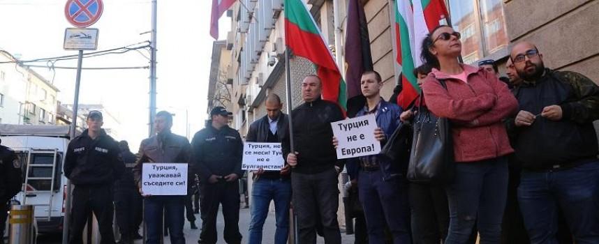 ВМРО на протест под прозорците на посолството на Турция