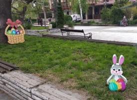 Великденски зайчета и яйца красят центъра на Брацигово