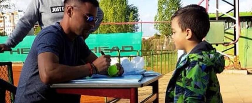 Втората ракета на България игра тенис с децата на Пазарджик