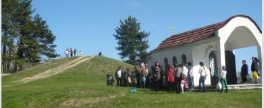 """На Светли четвъртък: Търкалят яйца в местността """"Св. Петка"""" край Стрелча, защо го правят?"""