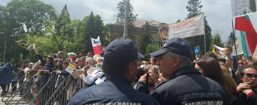 МВР: 12 000 души слушаха папа Франциск наживо, шестима припаднаха, две деца се изгубиха